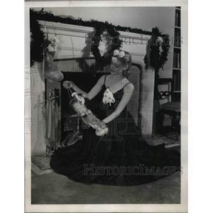 1940 Press Photo A Christmas tree corsage & woman with matching headdress