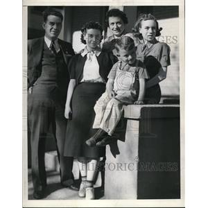 1909 Press Photo Mr & Mrs Almo Simmons with kids Gloriam Marilyn, Junior