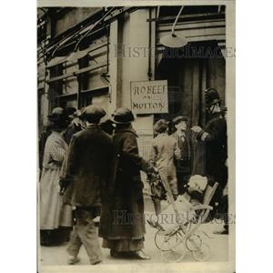 1918 Press Photo People reading the No Beef or Mutton signage