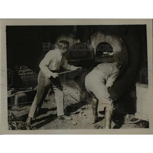 1921 Press Photo Lad Bledroloe & other at coal shovels at Sydney Maine