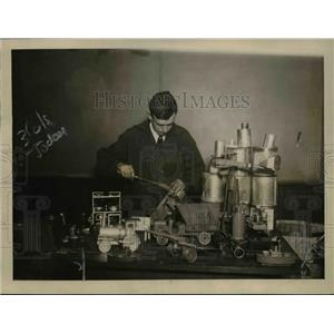 1919 Press Photo Ed Thatcher of Teachers College makes toys from old tin cans