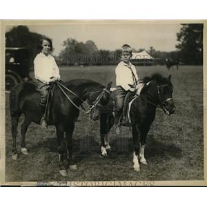 1922 Press Photo Viola & Townsend Winimill on their Blue winners at Horse Show