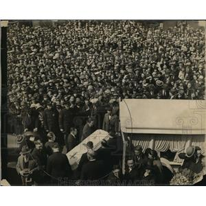 1924 Press Photo Crowds fill the streets as the body of 24 yr old Wanda Stopka