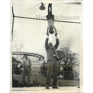 1931 Press Photo WL Stirling & sonin stunt balancing act