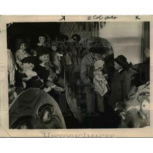 1919 Press Photo Mr. Crandall  gives the doll to a young visitor