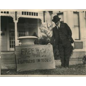1924 Press Photo Midwest  farmer with sign for water during the drought