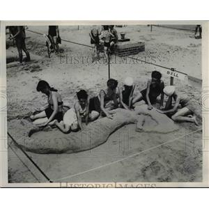 1947 Press Photo Chicago For the mermaid they sculpted in sand these girls