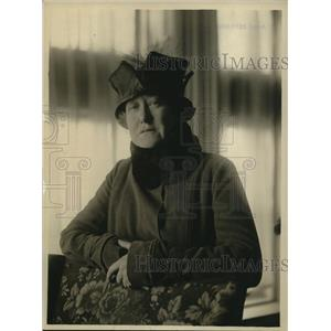 1918 Press Photo McClure newspaper fashion reporter at a show