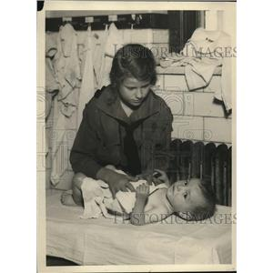 1920 Press Photo Girl Scout of New York Troop learns to bathe and dress a baby