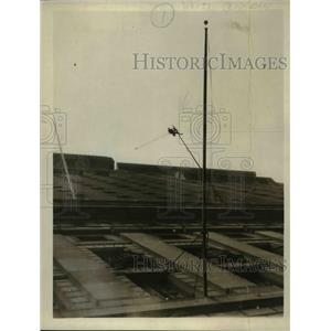 1926 Press Photo Daredevil Paints On Side of Building 200 feet above ground