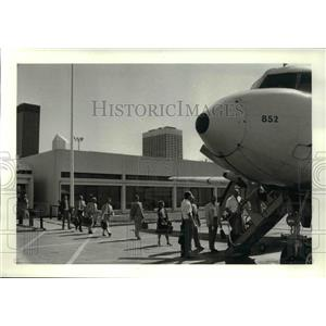 1983 Press Photo Detroit bound passengers board Wright Airlines plane at Burke