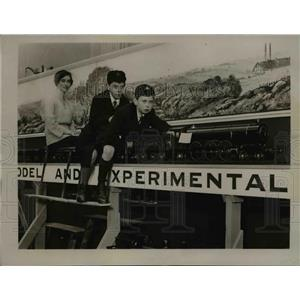 1923 Press Photo Model railway train & youngsters at exhibit - nex83177