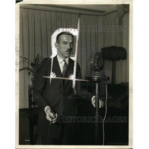 1925 Press Photo AF Llufino on radio in NYC