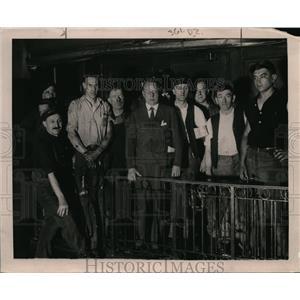 1920 Press Photo Jason Cox at Penn stattion talking to labor men