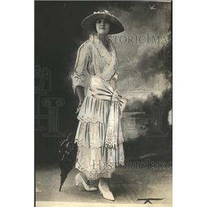 1918 Press Photo White Lawn Frock Embroidery Flounce Lace Edging Surplice Collar