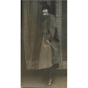 1918 Press Photo Woman Modeling Coat & Hat