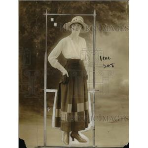 1918 Press Photo White Blouse Checkerboard Pattern Skirt Side Pockets Straw Hat