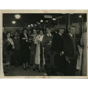 1933 Press Photo City Employees receiving soup. - nee61934