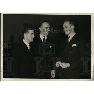 1934 Press Photo Elliott Roosevelt confers with fliers - cva99771
