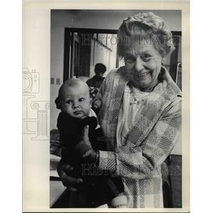 1978 Press Photo Helen Sulzbach Volunteer Worker, Joshua Hinman Well-baby Clinic