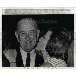 1966 Press Photo Pres. Lyndon Johnson received kiss from singer Anita Bryant