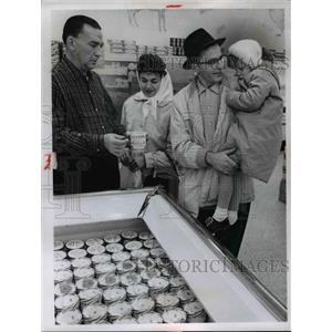 1962 Press Photo Stop N Shop grocery, Robert Donnelli, Mr & Mrs William Egyad