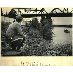 1985 Press Photo Portland police officer Steven Buchtel surveys Willamete River