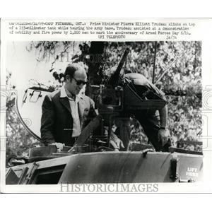 1969 Press Photo Canadian Prime Minister Pierre Trudeau tours a tank at Army bas