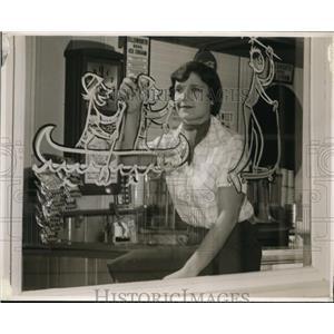 1951 Press Photo Grethen Gilbert, Skidmore College Student - nee86808