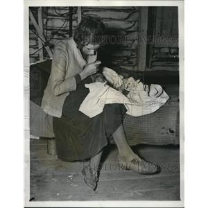 1937 Press Photo Charecropper wife patching clothes of husband - cva82771
