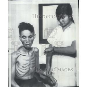1966 Press Photo Nurse checks Vietnamese from Communist prison camp, Phu Yen