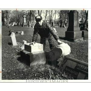1981 Press Photo Ernest Hollo, Caretaker Monroe Cemetery, Phone 961 8653