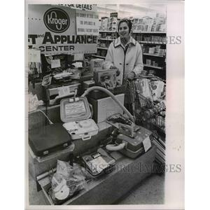 1966 Press Photo Cleveland Oio Kroger grocery appliance display & a shopper