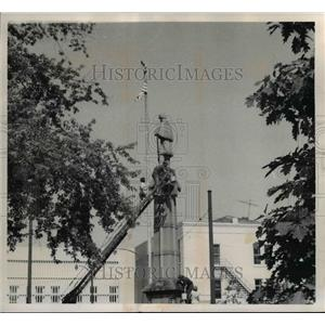 1971 Press Photo Cleaning of New Philadelphia's Cicil War monument - cvb00046
