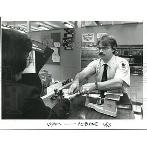 1985 Press Photo Michael White public relations clerk at Lake Oswego Post Ofc