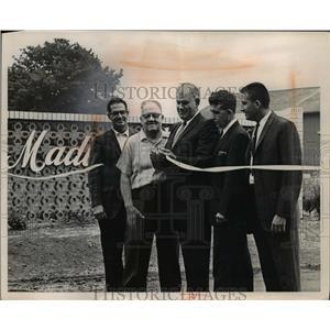 1961 Press Photo Mayor D.E.Kilingbeil cut the ribbon of Mardison Park Estates.