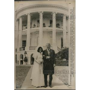 1966 Wire Photo Mr & Mrs Patrick Nugent on south lawn of White House after wed