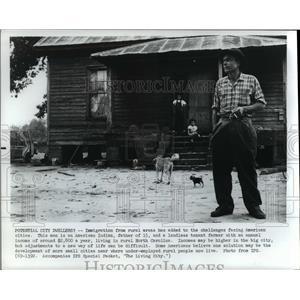 1970 Press Photo American Indian father - cvb00964