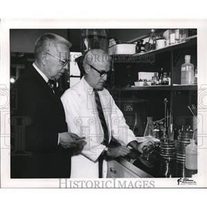Press Photo Robert Pfleger & Williard Schmidt examine rheumatic fever cultures