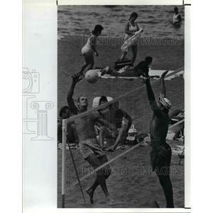 1990 Press Photo Steve Baumer & Ed Pogorelc play beach volleyball - cva80601