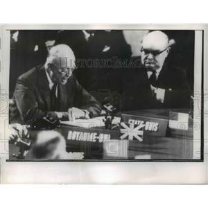 1957 Press Photo President Eisenhower addresses Conference in Paris - nee84899