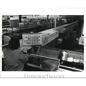 1991 Press Photo Mail processing unit that scans the letter & puts a bar code