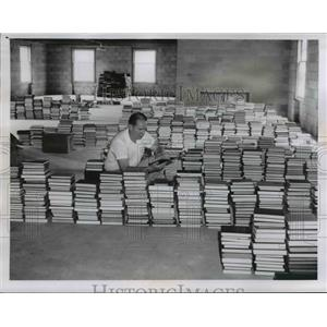 1960 Press Photo Librarian John B. McTaggart of Methodist Theological Seminary