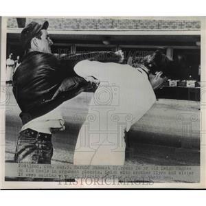 1949 Press Photo Harold Stewart & Leigh Hughes fight at strike in Portland OR
