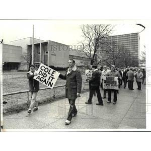 1982 Press Photo ITU pickets at the Cleveland Press Bldg - cva84811