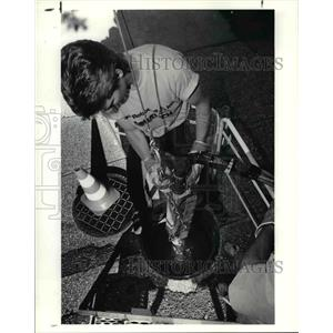 1991 Press Photo Rich Stevenson with the Sika robot - cva76392