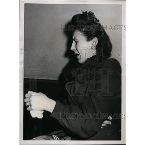 1948 Press Photo Mrs Thomas Siekinski questioned by Cleveland police - nee88455