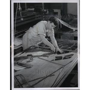 1967 Press Photo Armando Ferrer puts section of glass together at Nohis studio.