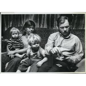 1981 Press Photo Sad Year Teddy Roosevelt Rozier Jr shows picture of his family