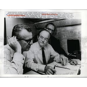 1968 Press Photo Larry O'Brien and U.S Vice Pres. Hubert Humphrey work on speech